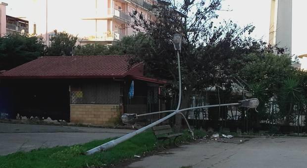 Marano, crolla palo della luce per il vento cadono anche rami