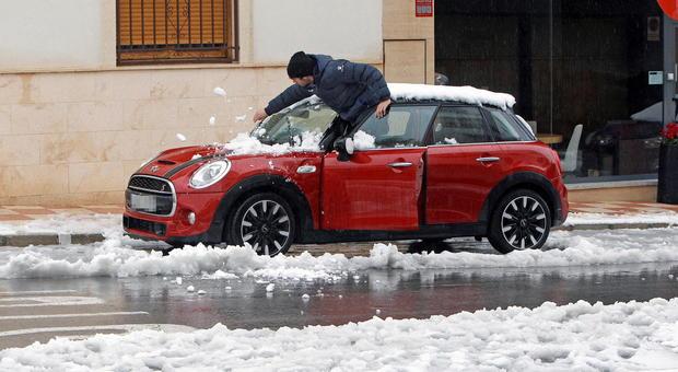 Meteo, l'inverno è sempre più anomalo: caldo record in Scandinavia, tempeste di neve in Spagna
