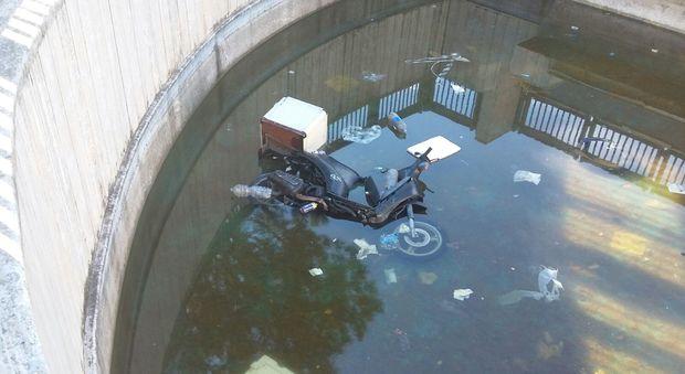 Arzano, villa comunale in abbandono: nella vasca anche un motorino