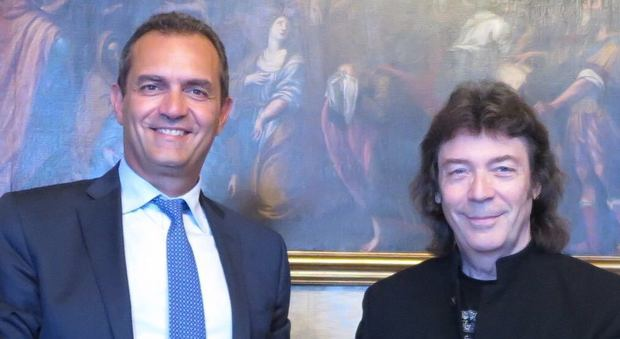 De Magistris riceve Steve Hackett dei Genesis: «La storia della musica»