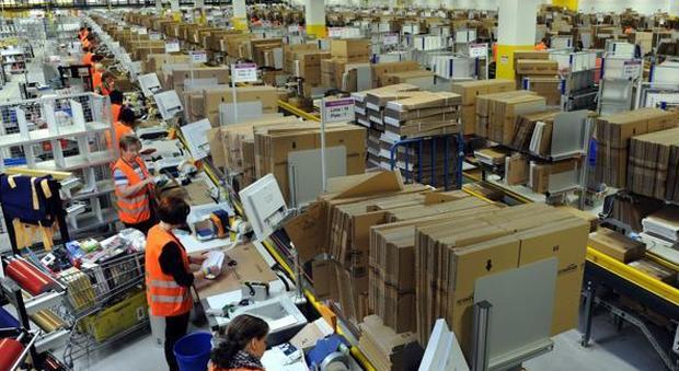 Amazon, nuovo bracciale che monitora i lavoratori: «Vibra se fanno un errore, trasformati in robot»