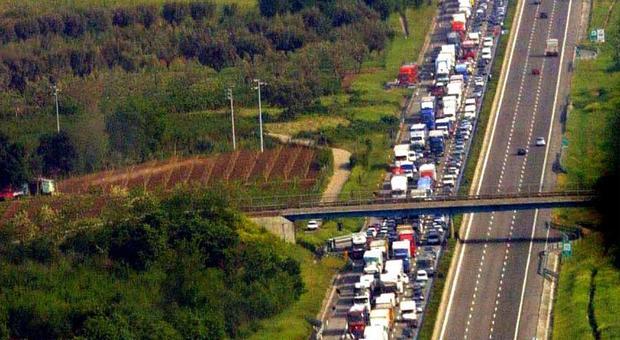 Auto contro mezzo pesante in A1 tra Caianello e Capua: un morto