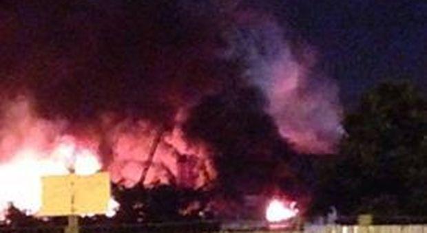 Maxi incendio a Melito, abitanti impauriti scappano in strada