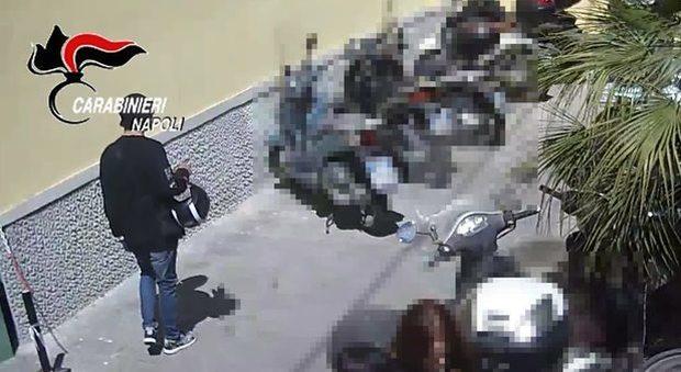 Napoli. Ruba vespone all'Università, ripreso dalle telecamere | Video