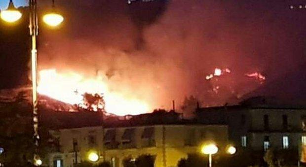 Bacoli, incendio sul promontorio paura tra la gente rimasta fuori casa