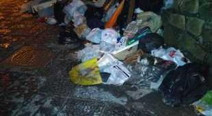 Rifiuti e sporcizia a via Villanova a Posillipo