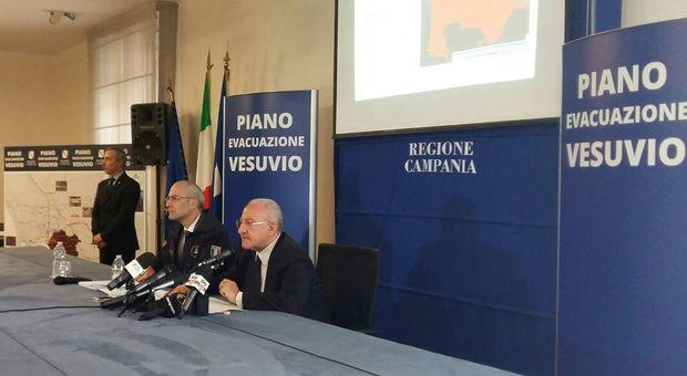 Vesuvio, pronto il piano evacuazione. De Luca: «Tutti via in 72 ore»