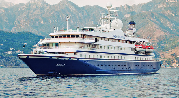 In fiamme nave da crociera extralusso i 165 naufraghi sbarcano a Napoli