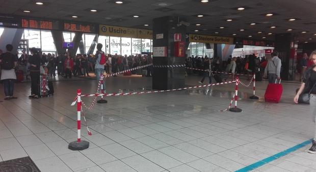 Piove nella Stazione Centrale di Napoli una pozza d'acqua tra i turisti