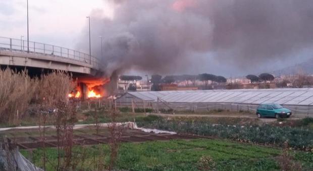 Ponticelli, vasto incendio nell'area dell'ex campo rom