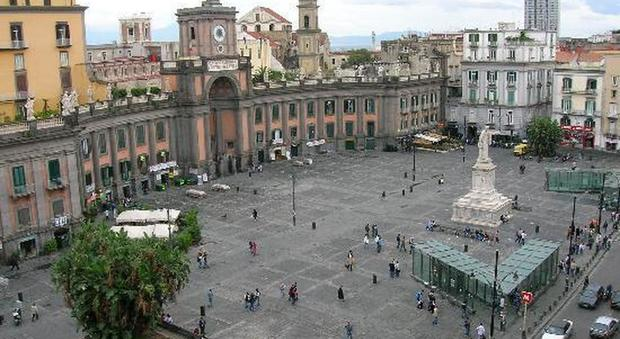 Napoli, piazza Dante affollata da bancarelle «europee»