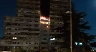 Fuoco e fiamme, notte di paura nella Vela Verde di Scampia