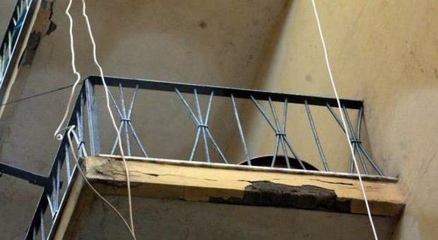 Si impicca alla ringhiera della finestra 50enne suicida for Piano del telaio della finestra