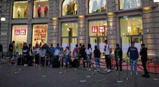 Uniqlo apre a Milano, tutti in coda all'alba per entrare nello store della moda low cost