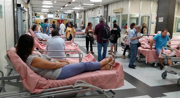 Barelle in corsia a Napoli, torna l'emergenza: boom di pazienti dopo le ferie | Video choc