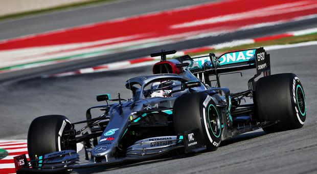 Hamilton e Bottas al comando con la Mercedes nel primo giorno di test