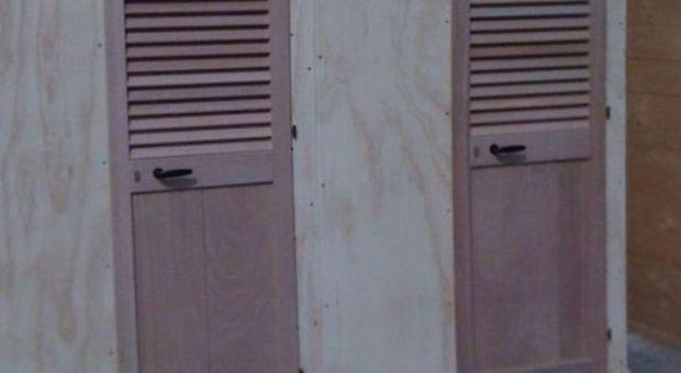 Il cartello in spiaggia vietato fare sesso e spiare le donne nei bagni il mattino - Sesso lesbo in bagno ...