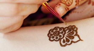 Bimba 7 anni ustionata dal tatuaggio all'henné: «Cicatrici per tutta la vita»