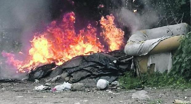 Roghi di rifiuti e cittadini barricati in casa: è scontro ...