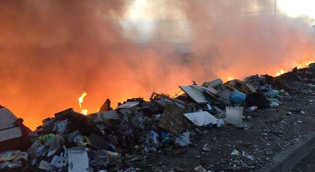 Incendio al campo rom di Scampia, sul posto i vigili del fuoco