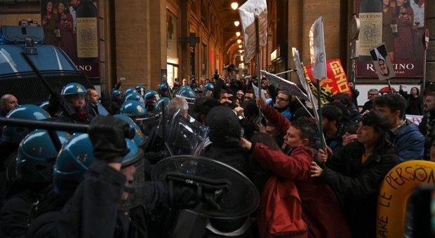 Firenze, proteste contro il comizio di Salvini: cariche della polizia. Video