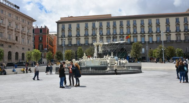 Comune di Napoli, aumenti last minute: arriva la tassa dei bus turistici