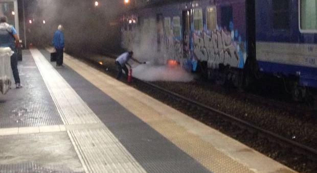 Napoli Binari allagati in Circum e treno in fiamme in Sepsa: è caos trasporti