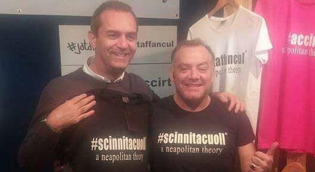 """«Scinnitacuoll»: il sindaco de Magistris con la tshirt della """"Filosofia napoletana"""""""