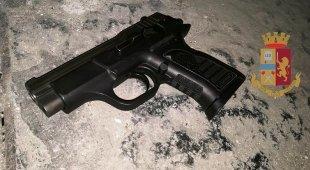 Napoli, arrestati padre e figlio fermati con la pistola a San Silvestro