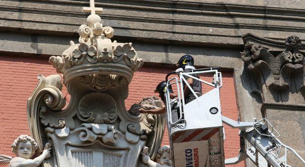Napoli, si stacca un pezzo dello stemma sul portone del Museo Nazionale