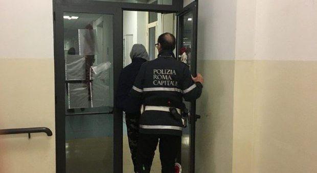 Roma, pugni in faccia ai turisti in via del Corso: fermato trentenne in mimetica