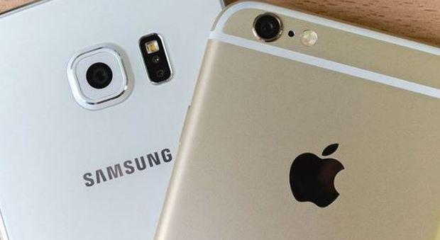 Smartphone lenti, faro dell'Antitrust su Apple e Samsung