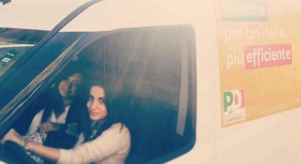 Napoli, assalto alla giovane militante Pd colpita alla testa da un uovo mentre guida