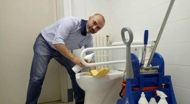 M5s bugani si fa la foto mentre pulisce il bagno dopo gli - Si fa in bagno 94 ...