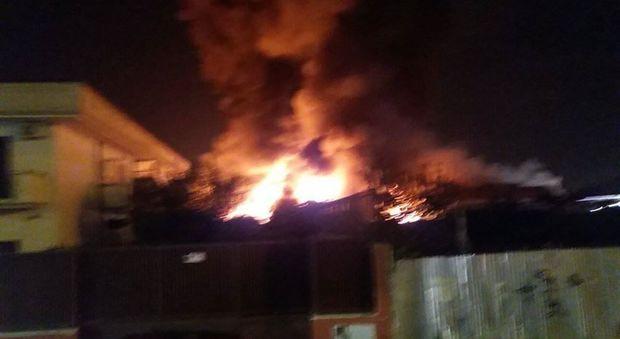Incendio distrugge fabbrica a Melito, fiamme domate dopo ore