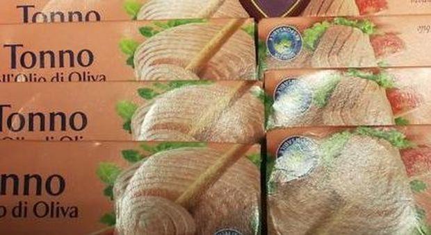 Il tonno al mercato nero vale una fortuna: e lui ruba 80 scatolette al supermarket