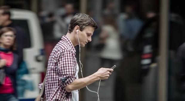 Con lo smartphone cambia il nostro modo di camminare: uno studio rivela le nuove abitudini