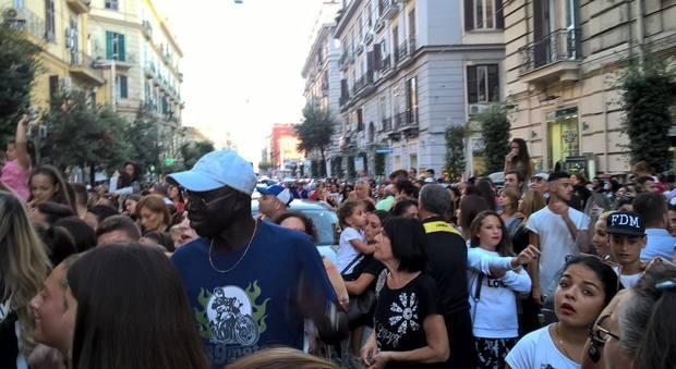 Folla in delirio, corso Umberto paralizzato per l'arrivo di Gabriel Garko
