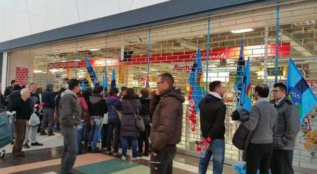 Crisi e nuovi tagli autunno rovente per i centri for Mobilia mega store salerno