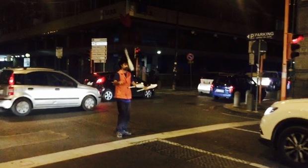 Napoli, finisce l'era dei lavavetri: al semaforo arrivano i giocolieri