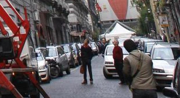 Napoli, choc in pieno centro: donna muore lanciandosi da balcone