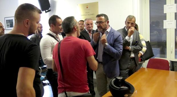 Napoli, la riunione sulla movida rischia di finire a mazzate Video