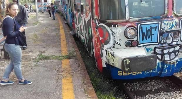 Treno Cumana deraglia in stazione paura, a bordo centinaia di studenti