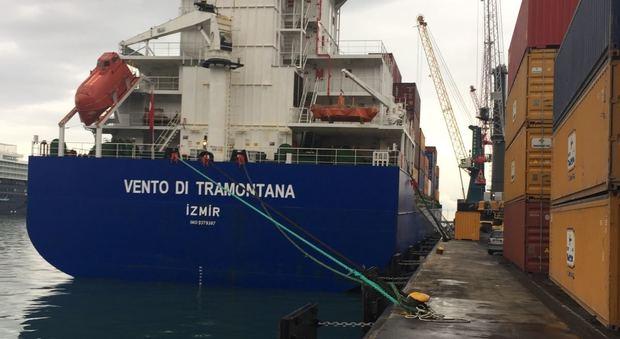 Ecco la prima nave carica di ecoballe: a mezzanotte partirà per il Portogallo