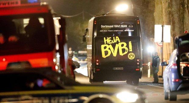 Dortmund, arrestato un sospetto per le bombe sul bus: «Voleva far crollare le azioni del Borussia»