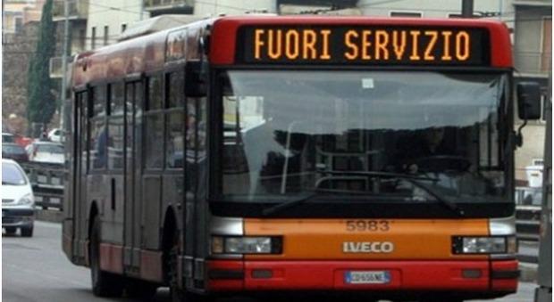 Fiamme sul bus Anm in collaudo, centauro scivola sulla schiuma degli estintori