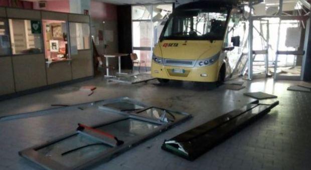 Carpi, due bus lanciati contro una scuola: uno sfonda l'ingresso