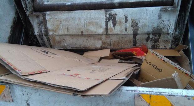 Napoli, guadagnano 400 euro al giorno rubando i cartoni: fermati