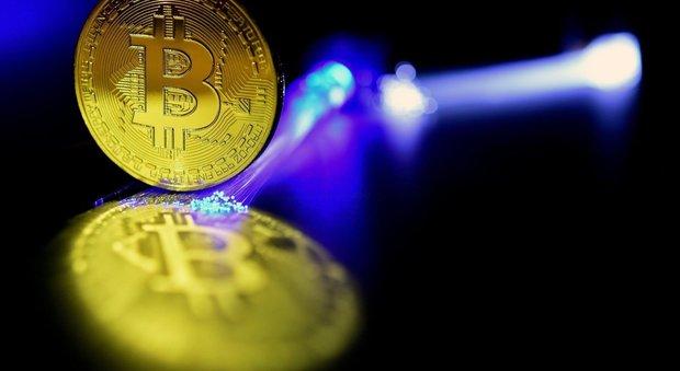 Il black friday di Bitcoin: bruciati 100 miliardi di dollari, in Italia giro di vite