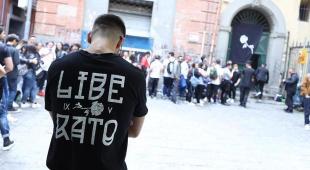 Napoli, tutti pazzi per Liberato: centinaia in fila ai Quartieri Spagnoli